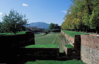Lucca; City walls and fortifications